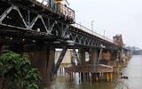 Đang xử lý vật thể lạ hình dạng giống bom dưới cầu Long Biên