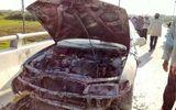 Ô tô 4 chỗ bất ngờ bốc cháy khi đang chạy trên đường