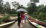 Mưa lũ mặc mưa, cô dâu bất chấp mặc quần cộc lên thuyền hoa