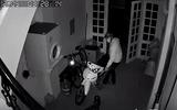 """Clip: Thanh niên đột nhập trộm xe máy còn """"cẩn thận"""" đóng cửa giúp gia chủ"""