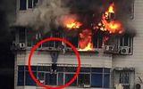 Cộng đồng mạng - Kinh hoàng cảnh người đàn ông trốn khỏi đám cháy nhờ treo mình trên tầng 24