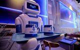Chú robot bồi bàn ở quán cà phê Hà Nội phục vụ thế nào?