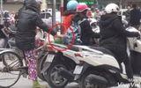 """Video: """"Nữ quái"""" móc túi người dừng đèn đỏ ở ngã tư Hà Nội"""