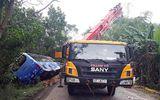 Xe khách tông ôtô tải cẩu đậu bên đường, 2 người tử vong