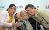 Cậu bé toàn thân dị dạng, khối u che kín mặt vì mắc căn bệnh lạ