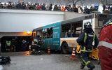 Xe buýt lao vào hầm đi bộ tại Moscow, 15 người thương vong