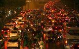"""Hà Nội: Hàng ngàn người """"chôn chân"""" trong mưa rét vì tắc đường"""