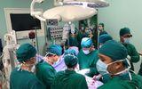 Bé gái bị mảnh vỡ bát cơm đâm thủng cổ ngưng tim, ngưng thở được cứu sống