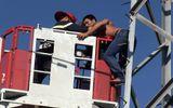 """Giải cứu thanh niên nghi """"ngáo đá"""" leo lên cột điện cao thế la hét"""