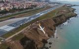Máy bay Thổ Nhĩ Kỳ chở 162 khách gặp nạn, nằm cheo leo trên vách đá