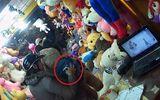Clip: Người phụ nữ trộm điện thoại trong shop gấu bông