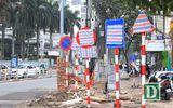 Hàng loạt biển báo trên phố Hà Nội bị bịt kín