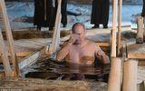Tin thế giới - Tổng thống Nga cởi trần, tắm nước hồ ngoài trời -7 độ C