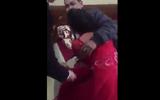 Tin tức - Clip cô dâu khóc lóc thảm thiết ôm chặt bố trong ngày cưới khiến dân mạng ôm bụng cười