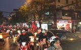 Tin tức - Việt Nam vào chung kết, người hâm mộ đổ ra đường ăn mừng trong hạnh phúc vỡ òa