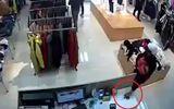 Tin tức - Clip: Người đàn ông bế theo con nhỏ đi trộm điện thoại