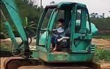 Clip: Màn lái xe múc thuần thục của cậu bé 5 tuổi khiến nhiều người sửng sốt