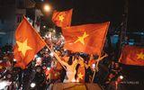 """Tin tức - Cô dâu chú rể hạnh phúc chụp ảnh cưới giữa """"đêm bão"""" ăn mừng U23 Việt Nam"""