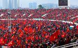 Mỹ Đình vỡ òa, khách tây nhảy lên ăn mừng U23 Việt Nam ghi bàn