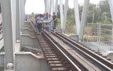 Ngồi trên đường ray, nam thanh niên bị tàu hỏa đâm tử vong