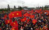 """Hàng nghìn người hâm mộ hô vang """"Việt Nam vô địch"""", chờ đón U23 tại sân bay Nội Bài"""