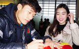 Hoa hậu Đỗ Mỹ Linh xin chữ ký thủ môn Bùi Tiến Dũng trước khi về nước
