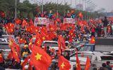 Clip: Xe chở U23 Việt Nam vẫn chưa vào nội thành vì kẹt giữa hàng nghìn người hâm mộ