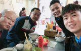 Quang Hải, Duy Mạnh mời HLV Park Hang Seo ăn phở bò Hà Nội