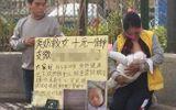 Mẹ trẻ bán sữa mẹ trực tiếp trên vỉa hè để lấy tiền chữa bệnh cho con
