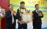 Lãnh đạo Hà Tĩnh tặng Bằng khen cùng 50 triệu đồng tiền thưởng cho trung vệ Bùi Tiến Dũng