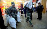 Nhân viên công ty tại Trung Quốc vác cả bao tải tiền thưởng về nhà đón Tết