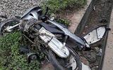 Tàu hỏa tông xe máy văng xa 20m, 1 người chết