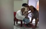 Cảm động con trai ân cần tắm rửa, thay đồ mới cho mẹ già 80 tuổi