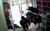 Clip: Thanh niên bịt mặt lẻn vào cửa hàng trộm điện thoại trong tích tắc