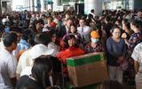 Sân bay Tân Sơn Nhất quá tải vì hàng nghìn người đi đón thân nhân