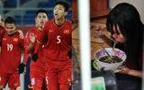 Cầu thủ U23 Việt Nam trích tiền thưởng giúp nữ công nhân về quê đón Tết