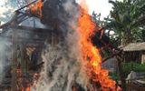 Phát hiện cháy nhà, mẹ ôm con lao ra ngoài thoát thân