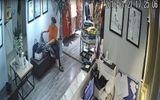 Clip: Người phụ nữ móc trộm ví trong cửa hàng thời trang ở Hà Nội
