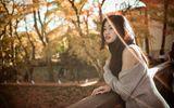 Á hậu Thanh Tú dịu dàng khoe vai trần, chân thon giữa rừng phong lá đỏ