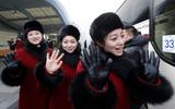 Đội cổ vũ Triều Tiên bỏ dở chuyến tham quan vì hàng trăm phóng viên săn đuổi
