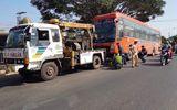 Hai bố con bị xe khách tông tử vong khi đang đứng bên lề đường