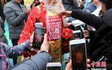 Tin tức - Trung Quốc quét mã QR trên người Thần Tài để nhận lì xì