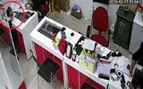 """Tin tức - Clip: Người phụ nữ trộm iPhone """"nhanh như chớp"""" trong cửa hàng điện thoại"""