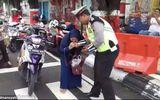 Bị CSGT bắt vì không đội mũ bảo hiểm, người phụ nữ xông vào cắn cảnh sát