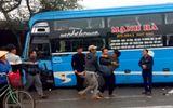 Video: Container tông xe khách, người dân dùng xà beng giải cứu nạn nhân