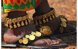 Bộ tộc châu Phi giàu đến nỗi đôi dép lê cũng gắn vàng ròng