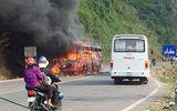Xe khách Phương Trang bốc cháy dữ dội, hàng chục người hoảng loạn tung cửa tháo chạy