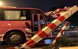Xe đưa đón học sinh 45 chỗ lao đổ thanh chắn hạn chế chiều cao cầu vượt Thái Hà - Chùa Bộc