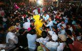 """Hàng nghìn người """"cướp"""" lộc trong Lễ hội Làm Chay ở Long An"""