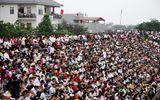 Hội chọi trâu Hải Lựu 2018: Ngàn người chen chúc, trèo tường vào sân đấu